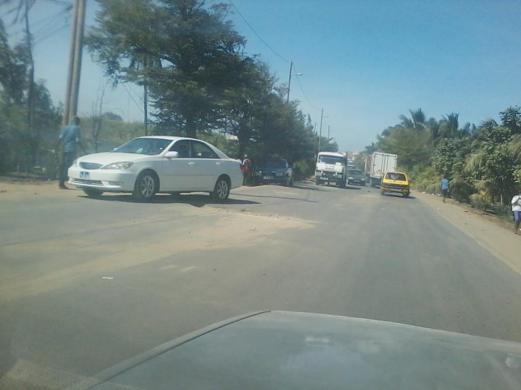 Ce véhicule essaie de dévier ce grand trou sur la route. Il s'agit de l'axe entre Croisement Cambérène et RondPoint La Case