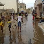 La route, à peine réalisée, voilà que l'eau stagne, après cette première pluie du 26 juillet 2015. Même si cela semble être un plaisir pour les enfants, il est plus que temps d'y remédier.