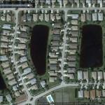 Un lotissement alliant agréablement les zones d'eau et les habitations. (Cliquer pour une vue plus large)