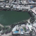 Habitations disciplinées autour d'un oasis (Huacachina au Pérou (Vue Google Earth)).